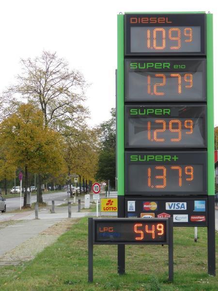 Preisschild einer Tankstelle mit 54 Cent für Autogas LPG