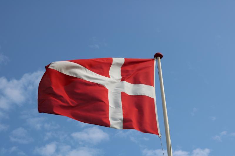 Dänemark Flagge mit blauem Himmel