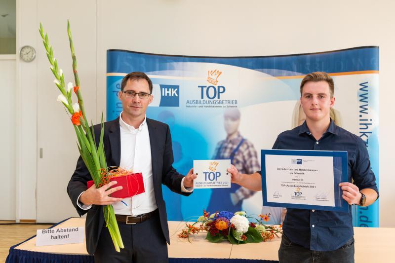 Der WEMAG-Ausbildungsleiter Frank Dumontie (li.) nimmt zusammen mit Domenik Kucz, Auszubildender Elektroniker für Betriebstechnik, die Auszeichnung entgegen.