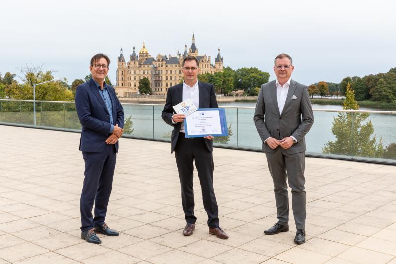 Schwerins Wirtschaftsdezernent Bernd Nottebaum, WEMAG-Ausbildungsleiter Frank Dumontie und IHK-Präsident Matthias Belke (v.l.) bei der Auszeichnungsveranstaltung
