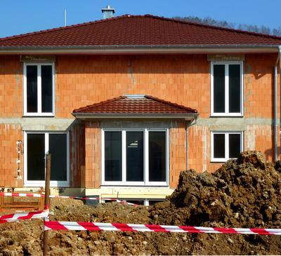 Ein sich gerade im Bau befindliches Haus mit roten Ziegelsteinen
