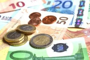 Gelscheine von 10 bis 200 € und Münzen von 2 Cent bis 2 €