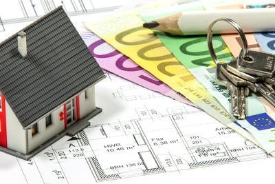 Geldscheine von 20 € bis 500 €, ein Schlüsselbund, ein Bleistift und ein Spielzeughaus