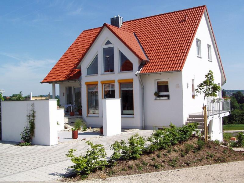 Neues, modernes und gut gedämmtes Haus in weiß mit roten Dachziegeln