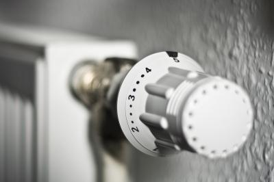 Heizungsthermostatregler in weiß mit schwarzen zahlen - eingestellt auf 5