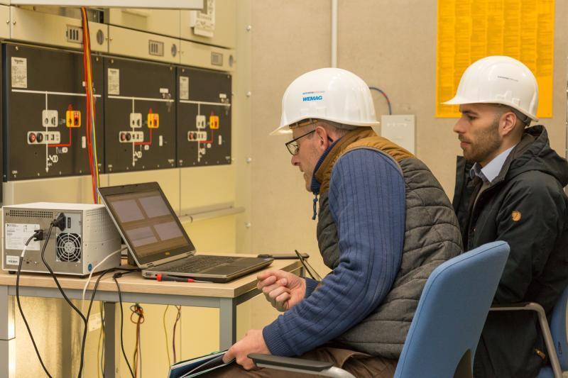 Manfred Krüger und Paul Gerdun (v.l.) vom Lehrstuhl Elektrische Energieversorgung der Universität Rostock dokumentieren mit ihren Messgeräten den Versuchsablauf. Foto: WEMAG/Stephan Rudolph-Kramer