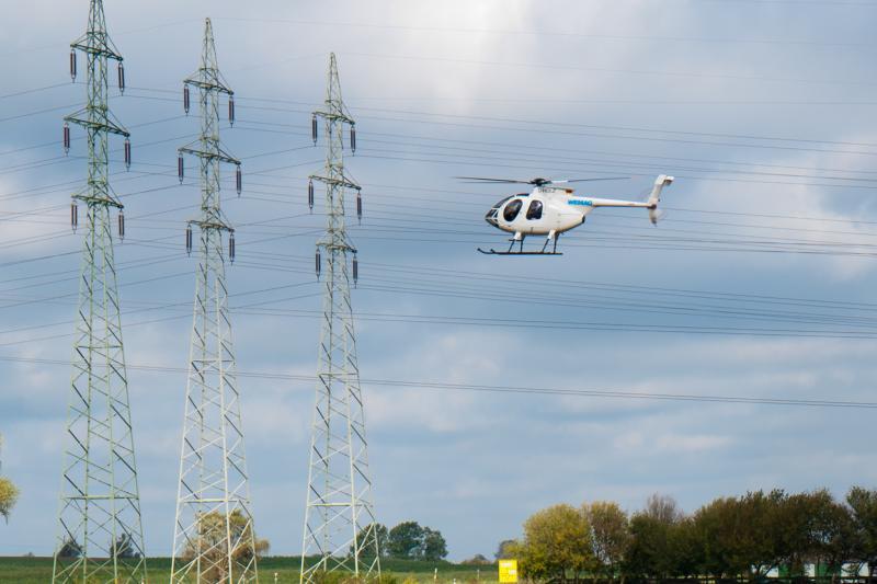 WEMAG kontrolliert Hochspannungsnetz mit Helikopter.