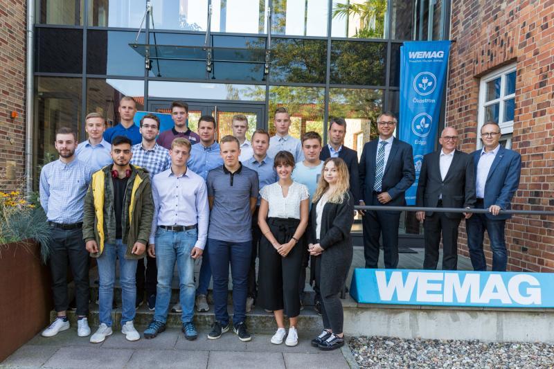 WEMAG-Personalleiter Michael Enigk, e.dat GmbH-Geschäftsführer Ralf Borchert sowie die WEMAG-Vorstände Thomas Murche und Caspar Baumgart (v. re.) begrüßen die neuen Auszubildenden der WEMAG Gruppe und ihrer Kooperationspartner.