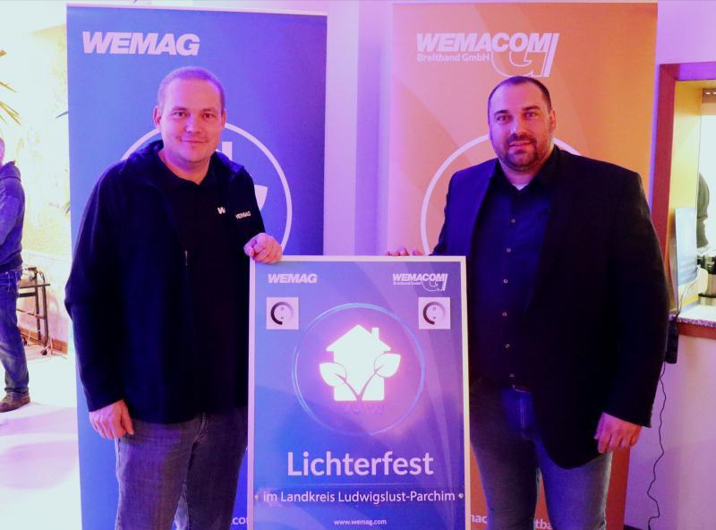 WEMAG-Vertriebsleiter, Michael Hillmann, nimmt gemeinsam mit Bürgermeister Alexander Leetz (v.l.n.r.) weitere Privat- und Geschäftskunden an das WEMACOM-Glasfasernetz in der Gemeinde Kreien in Betrieb.