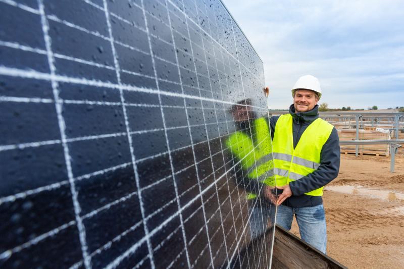 WEMAG-Mitarbeiter Christian Wolff im Solarpark Zietlitz
