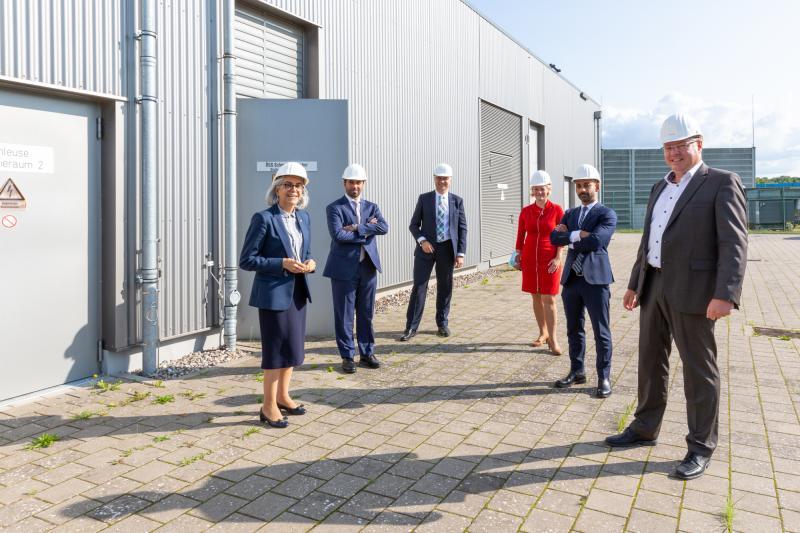 Die Delegation der Botschaft der Vereinigten Arabischen Emirate besucht den WEMAG-Batteriespeicher