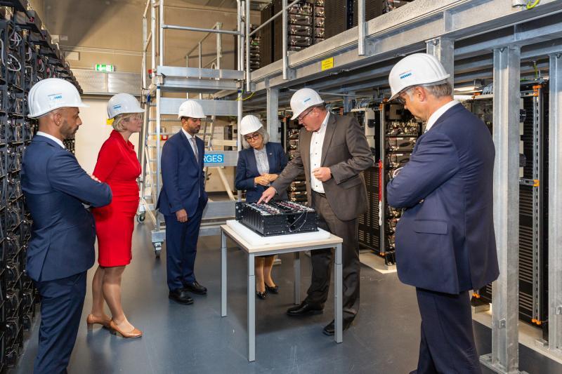 Rundgang im WEMAG-Batteriespeicher in Schwerin mit Botschafterin der Vereinigten Arabischen Emiraten