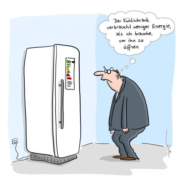 """Mann steht vor einem energiesparenden Kühlschrank und sagt """"Der Kühlschrank verbraucht weniger Energie, als ich brauche um ihn zu öffnen"""""""