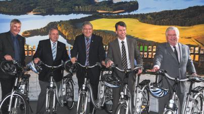 Klaus Jarmatz, Dr. Till Backhaus, Joachim Grätsch, Caspar Baumgart und Klaus Draeger bei der Übergabe der Elektrofahrräder