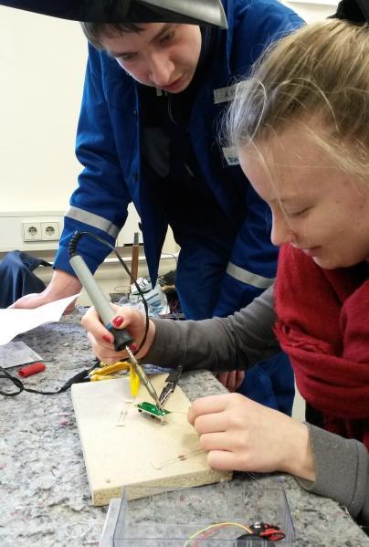 Angehende Elektroniker der WEMAG zeigen, wie Drähte gelötet werden.