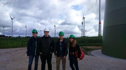 Gemeinsame Erkundungstour der Praktikanten von einer Windkraftanlage