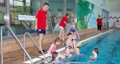 WEMAG unterstützt das DRK Projekt zum Schwimmenlernen