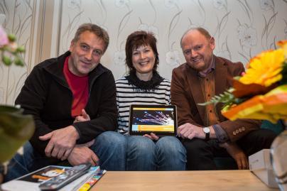 Familie Adolf bekommt von WEMACOM-Mitarbeiter ein Tablet überreicht