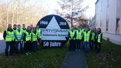 Die WEMAG-Azubis und Studenten vor dem Prysmian-Kabelwerk in Schwerin