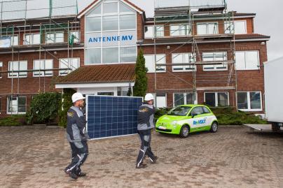 Installation der PV-Anlage auf dem Dach von Antenne MV