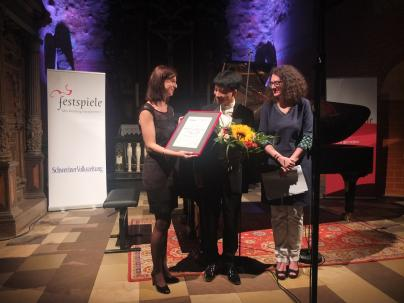 Kit Armstrong bekommt den WEMAG-Solistenpreis von Dr. Diana Kuhrau überreicht