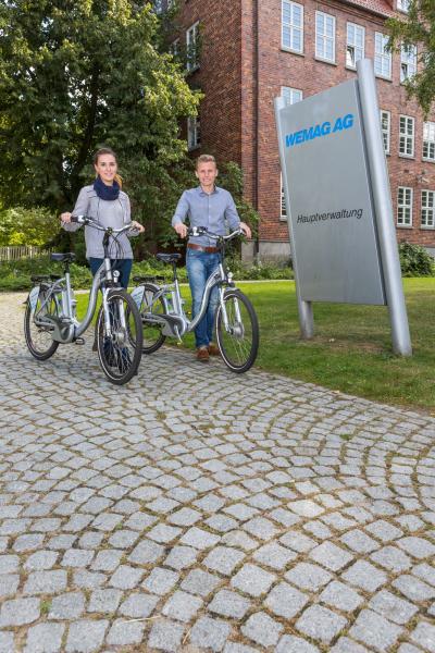 WEMAG-Studenten Laura Bartels und Oliver Maaß testen die ReeVOLT! Elektrofahrräder