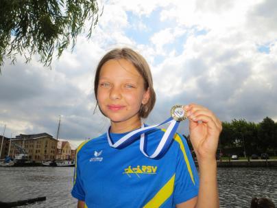 Lina Bernstein freut sich über ihre Medaille von der Greifswalder Regatta
