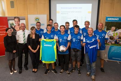 Dr. Diana Kuhrau, Joachim Masuch und Isabel Fröhlich überreichten den Trikotsatz und einen Fußball
