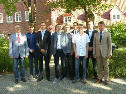 Die neuen Auszubildenden werden von Caspar Baumgart und Michael Enigk begrüßt
