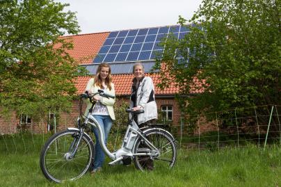 Isabel Fröhlich übergibt das E-Bike an Ose Röckseisen