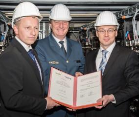 Andreas Haak, Gerd Friedsam und Thomas Pätzold bei der Vertragsunterzeichnung im WEMAG Batteriespeicher
