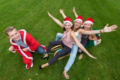Das Team der WEMAG-Unternehmenskommunikation verteilt 5000 Weihnachtsmänner