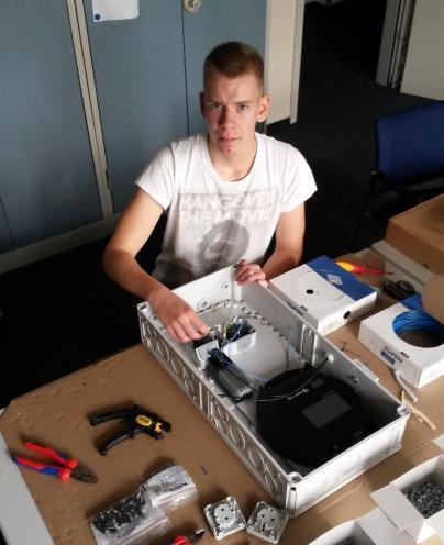 Sven bei der Montage eines Datenloggers für die Fernüberwachung einer PV-Anlage