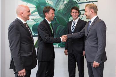 WEMAG-Vorstand Caspar Baumgart und e.dat Geschäftsführer begrüßen die neuen Trainess Arne Fink und Mario Juhnke