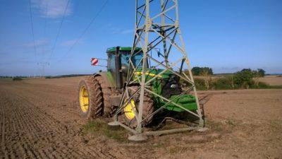 Traktor fährt in 110-kV-Freileitungsmast