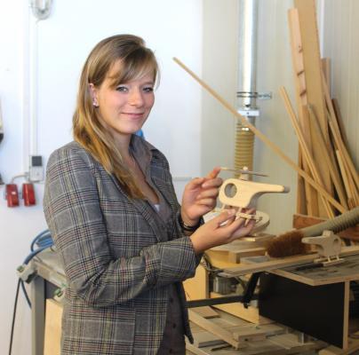 WEMAG-Mitarbeiterin in den Lewitz Werkstätten