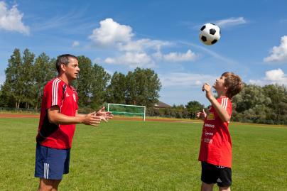 Jens Dowe trainiert mit Dominic Eggert Kopfball