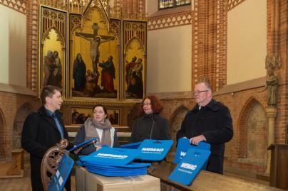WEMAG spendete 200 Sitzkissen der Kirche Dobbertin