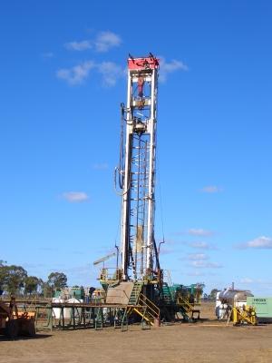 Frackingbohrturm mit einem blauen Himmel im Hintergrund