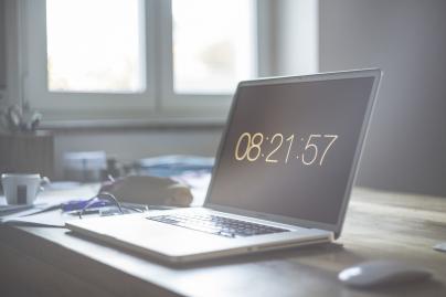 HomeOffice Stromkosten - Laptop am Arbeitstisch