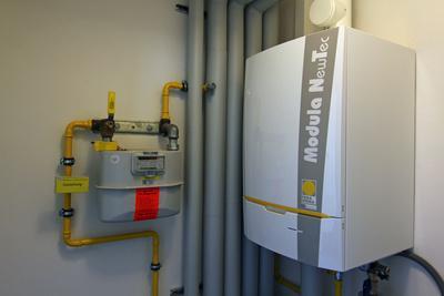 Weißer gas Brennwertkessel mit der Aufschrift Modula NewTec