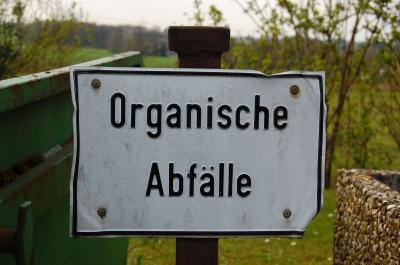 """Weißes Hinweisschild """"Organische Abfälle"""""""